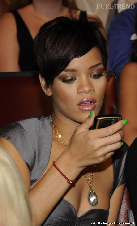 Rihanna ne fait rien à moitié et opte pour un vernis vert fluorescent qui ne passe pas inaperçu