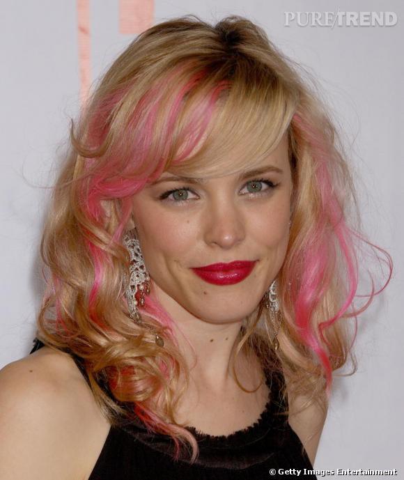 Rachel McAdams, blonde avec mèches roses pour une coupe mi-longue bouclée avec frange.