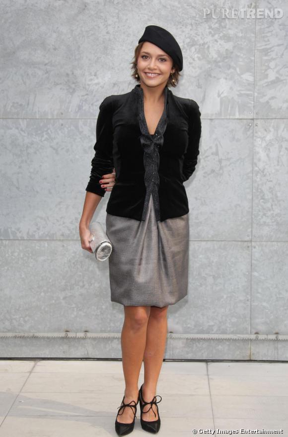 L'actrice et animatrice TV incarne l'image de la parisienne à la perfection. Béret, veste cintrée, jupe aux genoux, elle rayonne.
