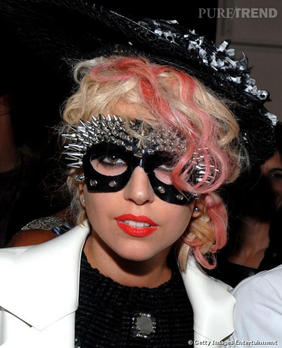 Mèches roses sur une crinière blonde, Lady Gaga n'a peur de rien, pas même d'associer le tout à un masque piquant et à un canotier très chic.