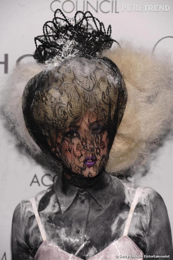 La chevelure crépue, frisée, littéralement en l'air, Lady Gaga joue les veuves noires avec fun.