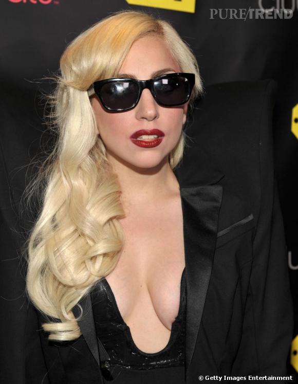 Chose de plus en plus rare : Lady Gaga, les cheveux détachés, ondulés et sans fioritures.