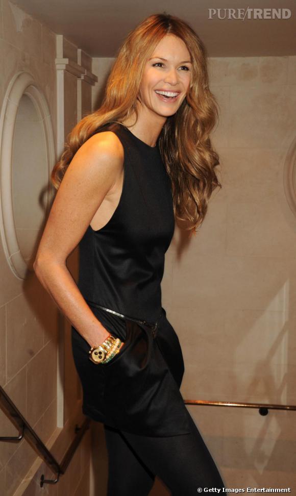 Elle Macpherson en petite robe noire ajustée aux hanches. Simple et efficace.