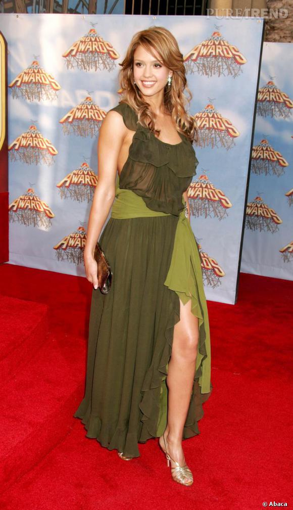 Aah!!L'actrice a résolu ses problèmes de pantalons et ose enfin montrer ses jambes. La robe est décevante et fait penser à des rideaux. Mémère.
