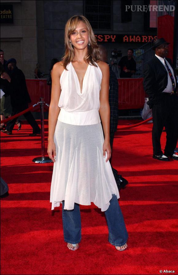 Elle s'appretait à sortir en robe mais elle a senti qu'il lui manquait quelque chose. Quoi? Son pantalon... Quelqu'un pourrait-il aider Jessica?