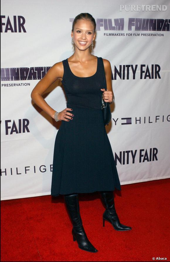 Un effort stylistique... L'actrice abandonne les pantalons (merci) mais se trompe sur le choix de la jupe et l'association avec les bottes tombe à côté.