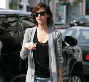 Jessica Alba, son look casual ultra-trendy... A shopper !