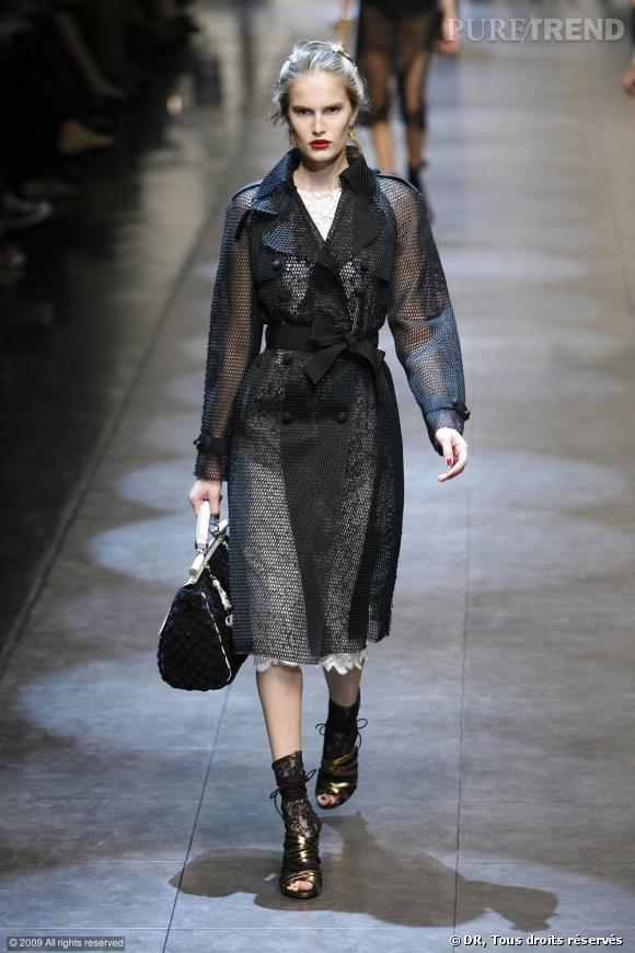 Défilé Dolce & Gabbana Printemps-Eté 2010    Encore des jeux de transparence avec le trench en résille de Dolce & Gabbana. Une association originale, féminisée par la ceinture-noeud qui évite l'effet grillage de jardin.