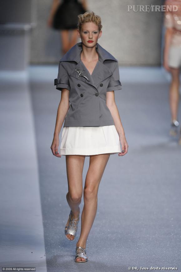 Défilé Karl Lagerfeld Printemps-Eté 2010    Avec l'été, il n'y a pas que les jupes qui raccourcissent. Le trench s'y met aussi comme chez Karl Lagerfeld. Même les manches laissent découvrir les avant-bras.