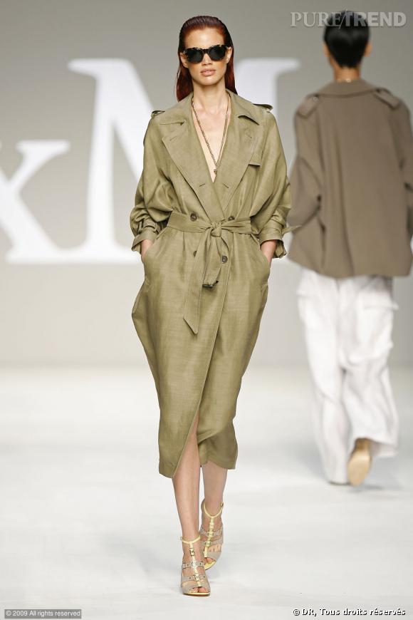 Défilé MaxMara Printemps-Eté 2010    Du kaki, la couleur phare de cette saison sur un trench long. En version longue on peut, comme sur le podium, le porter tel une robe du soir, sans rien dessous. Effet garanti.