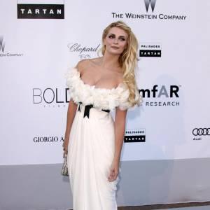 Mischa Barton en robe blanche romantique et généreusement froufroutante de Marchesa.