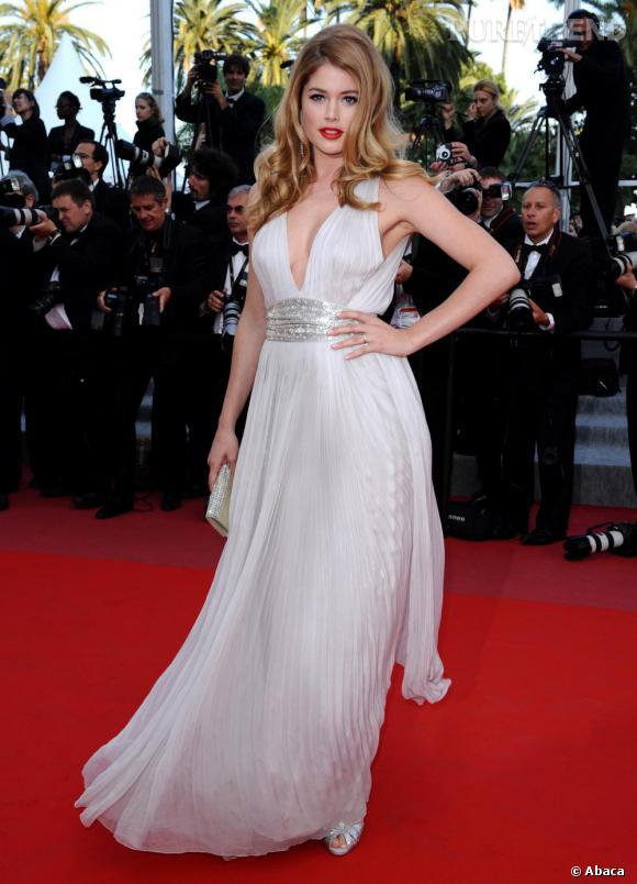 L'égérie L'Oréal inspirent celles qui aiment les tenues romantiques et tout juste sexy dans cette robe Roberto Cavalli.
