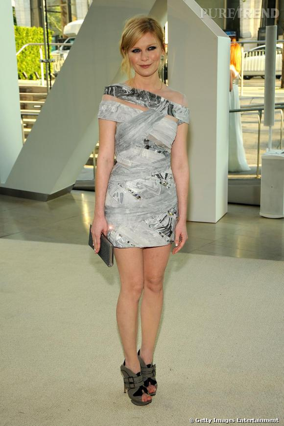 Kirsten, tout simplement parfaite en minirobe couture