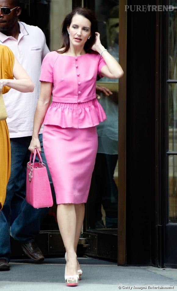 En working girl accomplie, Charlotte porte des tailleurs, mais roses, s'il vous plait !