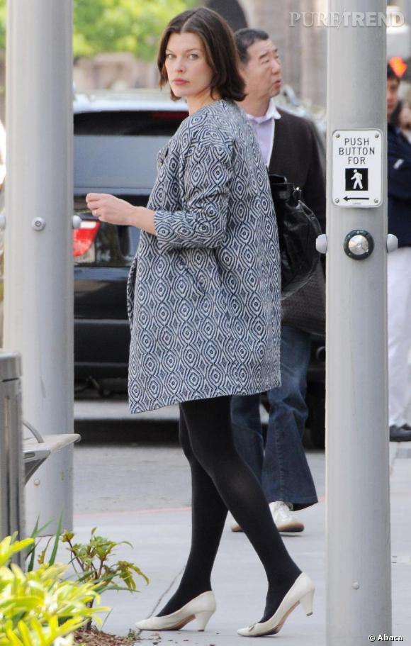 Milla Jovovich, une allure preppy dans les rues de Los Angeles