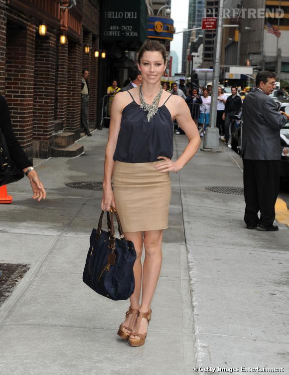 La jupe crayon.    Si Jessica Biel qui est une grande sportive a l'habitude d'arborer des tenues très confortables au quotidien, quand elle se met sur son 31 c'est vers l'univers preppy qu'elle se tourne en général.