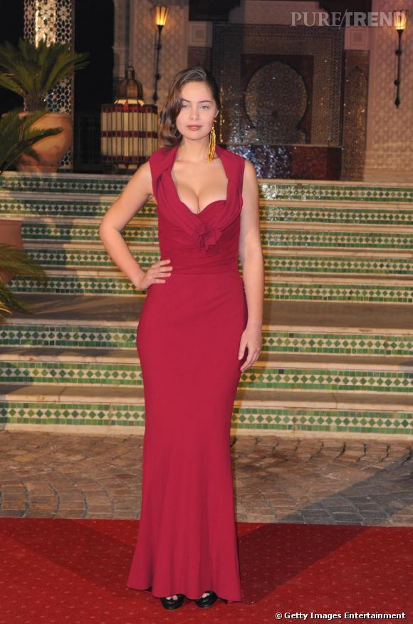 Les robes très sexy. Comme sa soeur, Marie-Ange Casta à des formes harmonieuses et généreuses qu'elle aime exhiber sans pudeur.