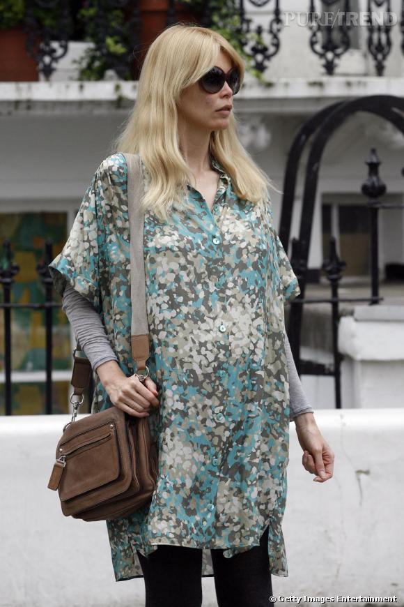 Claudia Schiffer ose la chemise tachetée