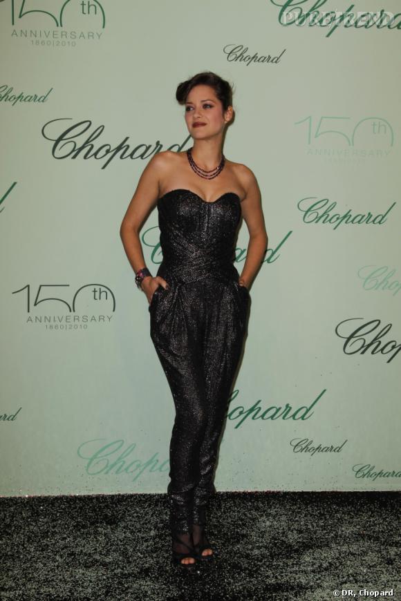 Marion Cotillard avait opté pour une pochette Jimmy Choo pour accessoiriser sa combianison bustier signée Lefranc-Ferrant.