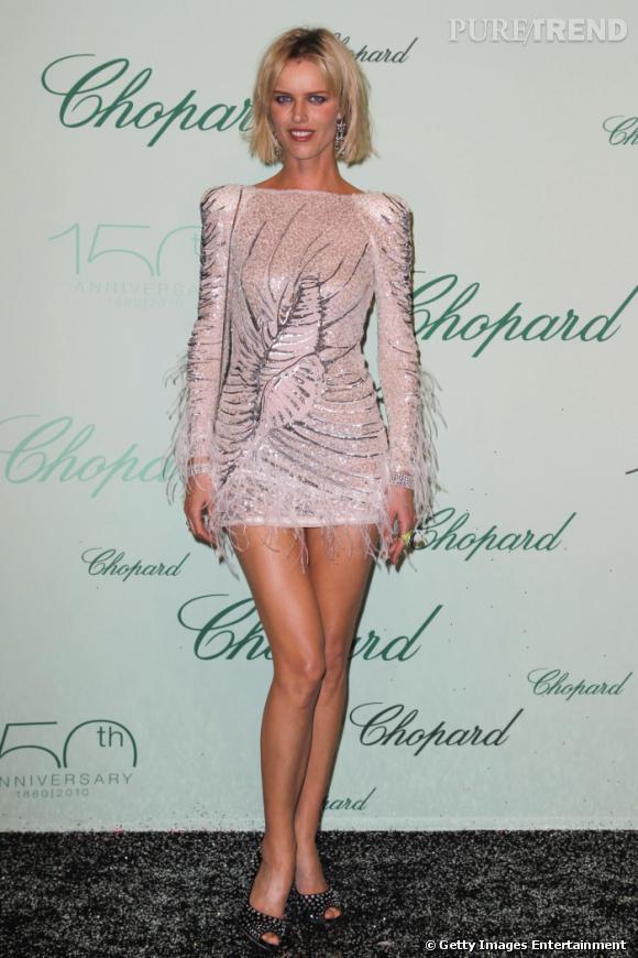 Eva Herzigova est une rude concurrente en matière de joli gambettes. Qui plus est, elle raffole des mini robes, dévoilant ainsi avec goût son arme de séduction. Ici, elle joue la carte du fun et du sexy en Emilio Pucci, couverte de plumes.