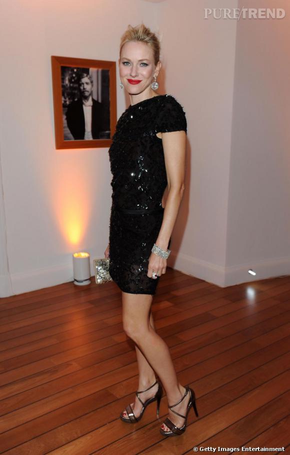 Plus discrète, Naomi Watts affiche ses jambes galbées dans cette robe pailletée Gucci.