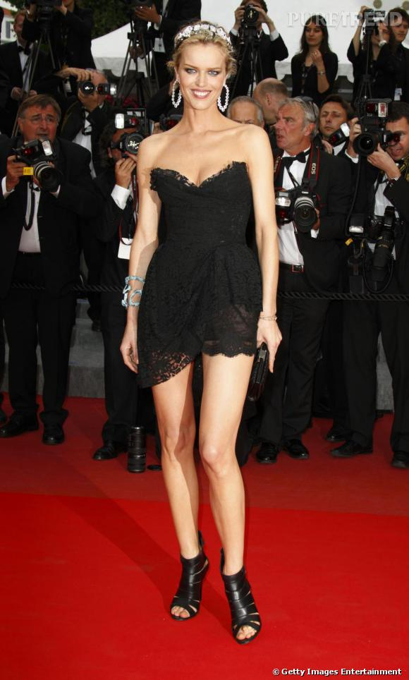 Bis pour Eva Herzigova, définitivement bombesque en micro robe Dolce & Gabbana.