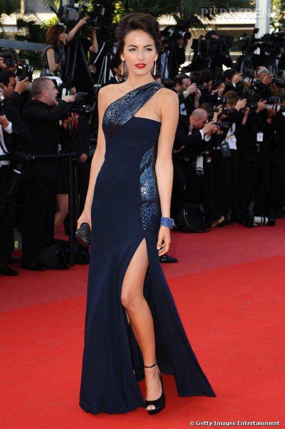 En Gucci Première, la collection Couture de la maison italienne, Camilla Belle se lâche et fait des émules, la jambe baladeuse.