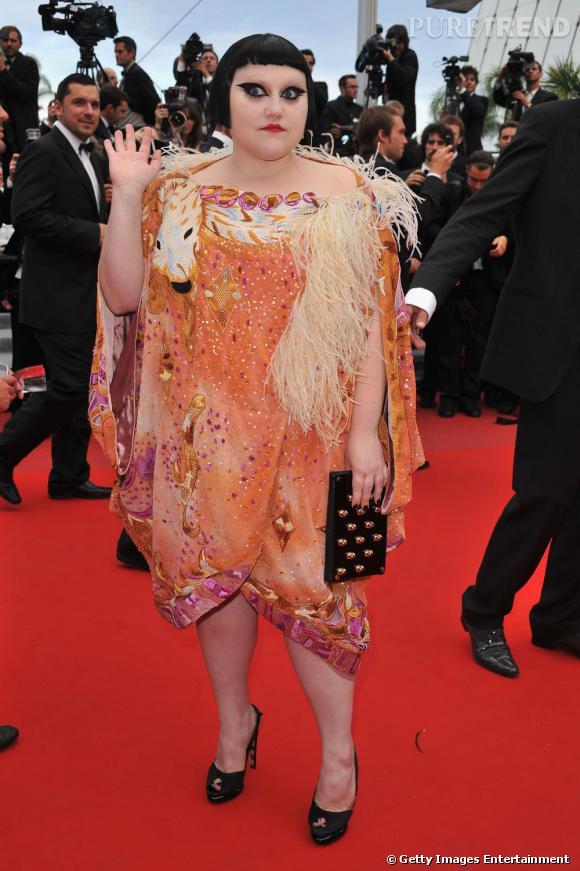 Beth Ditto : une chanteuse unique en son genre. Sur le tapis rouge à Cannes, elle opte pour une pochette noire cloutée de têtes de mort !
