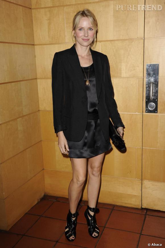 Surfant sur la tendance noir, Naomi Watts se plait également de temps à autres à jouer les fashionistas comme nous pouvons le voir ici avec cette mini robe associée à des spartiates à talons hauts.