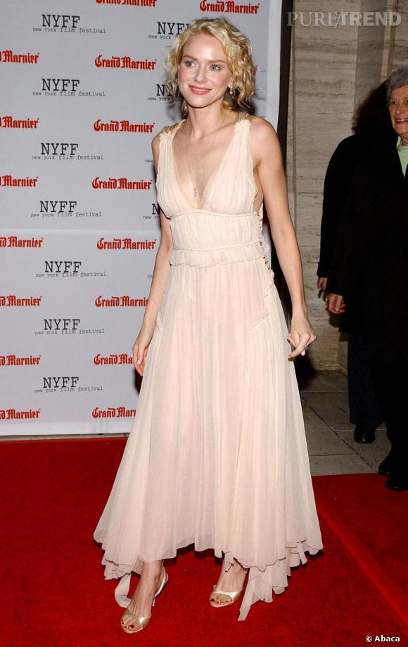 Dans cette robe féminine et romantique, Naomi Watts a finalement trouvé son adn mode.