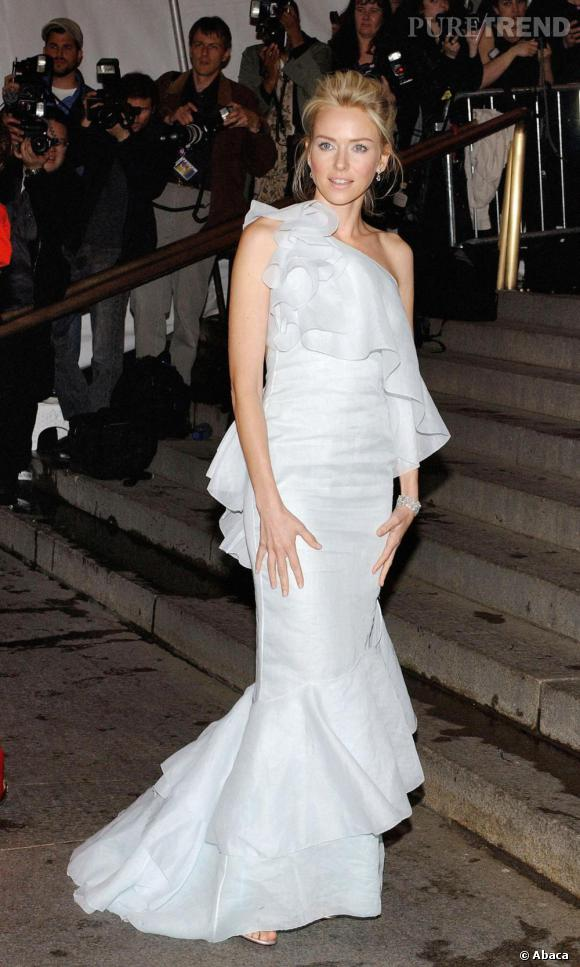 Sur les marches du MET, Naomi Watts était splendide dans cette robe romantique et vaporeuse qui flattait son teint de porcelaine.