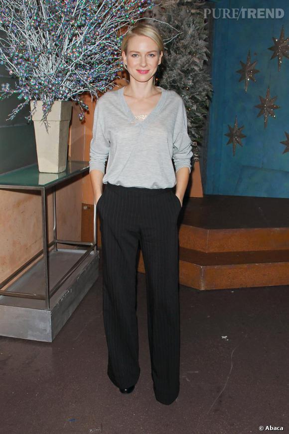 Au quotidien Naomi Watts adopte une allure chic et décontractée comme nous pouvons le voir ici avec ce look masculin-féminin de vraie Parisienne.