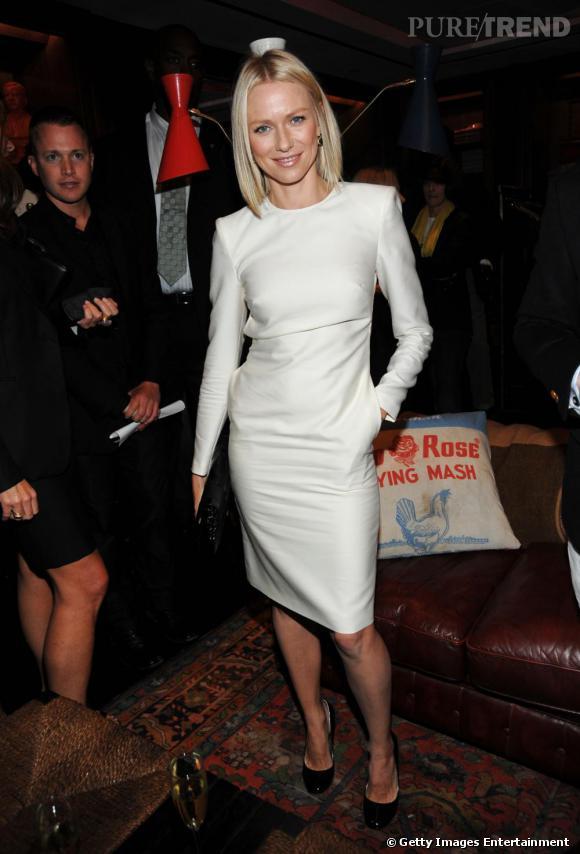 Dans cette robe blanche alliant modernité et sophistication, Naomi Watts est tout simplement fabuleuse.