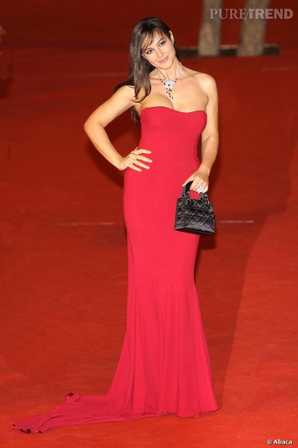 Monica Bellucci et son mini sac Dior. La belle est l'égérie des cosmétiques de la griffe.