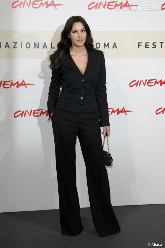 Même en costume, Monica Bellucci reste très sexy