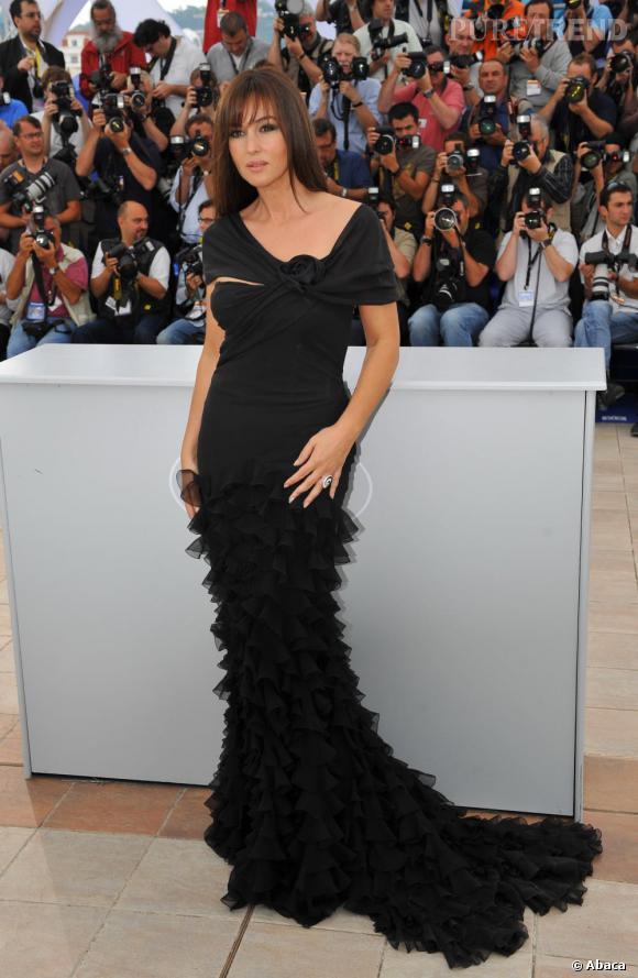 En robe fourreau Monica Bellucci est sculpturale, une vraie icône glamour.