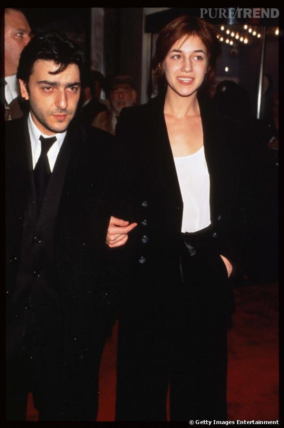 En 1996, Charlotte Gainsbourg se rend à une première au bras de son mari Yvan Attal. Pour l'occasion, l'actrice mise sur un look masculin féminin en noir et blanc. Un choix simple mais élégant.