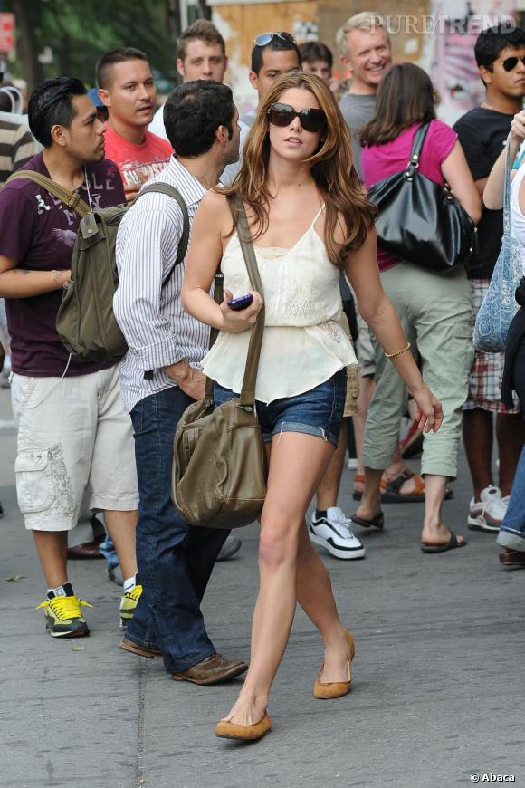 Ashley Greene adorable en shorty dans les rues de New York.