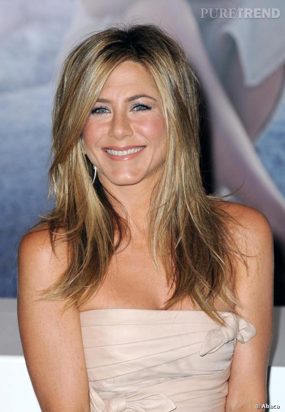La crinière dorée et faussement négligée, Jennifer Aniston est sublime.