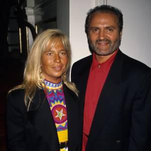 En 1990, Donatella Versace n'était pas encore à la tête de la célèbre maison italienne mais côté look, elle avait déjà un goût prononcé pour les pièces tape à l'oeil et le bronzage orangé.