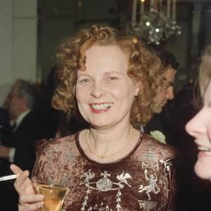 En 1990, Vivienne Westwood a le parfait look de l'Anglaise excentrique.