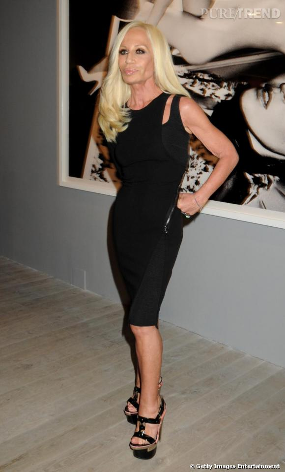 En 2010, Donatella est une créatrice influente qui raffole des looks façon bimbo.