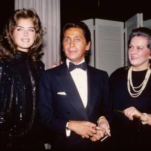 En 1982, la réputation de Valentino n'est plus à faire. Toujours parfaitement habillé, le couturier est connu pour son élégance.