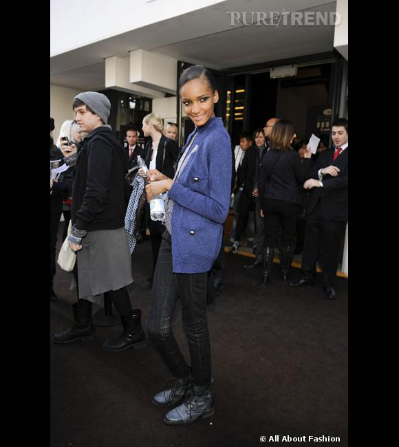 Son style : toujours souriante, Rose Cordero porte ici un cardigan bleu associé à un jean slim. Un style classique que la belle revisite grâce à des bottes de biker.