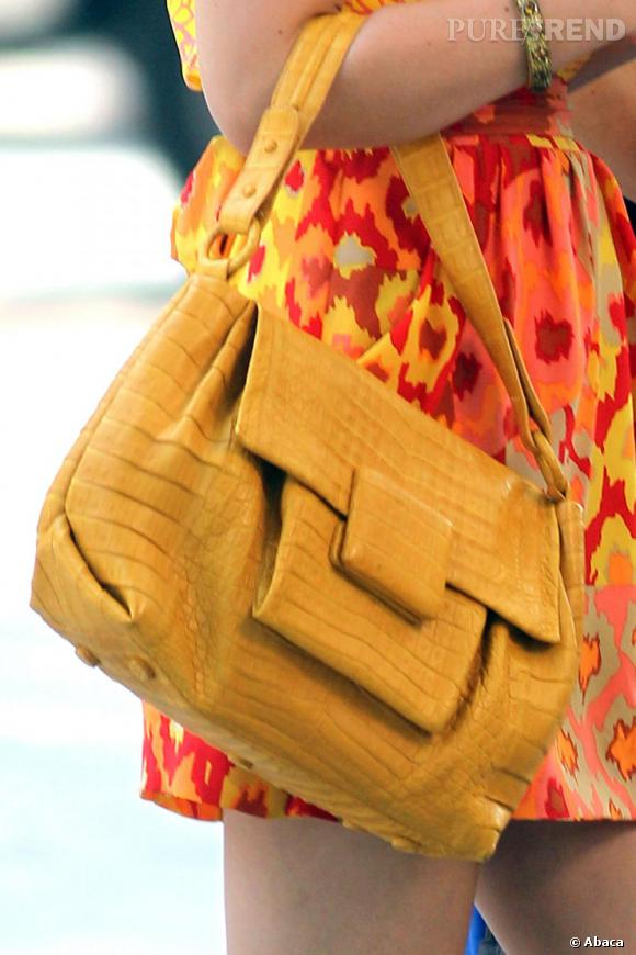 Très coordonnée, Leighton adopte un sac jaune Nancy Gonzalez.