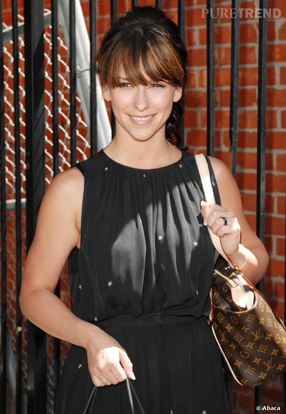 Jennifer Love Hewitt radieuse dans une robe noire étoilée.