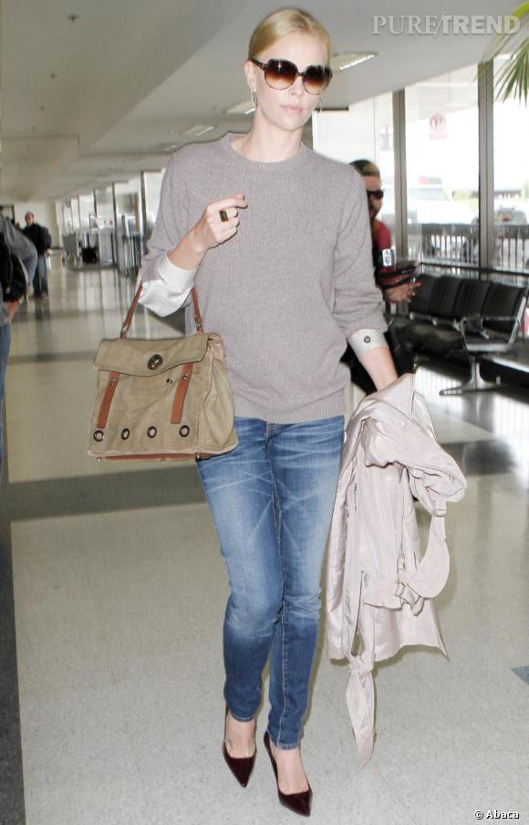 Charlize Theron en tenue street et chic à l'aeroport de Los Angeles