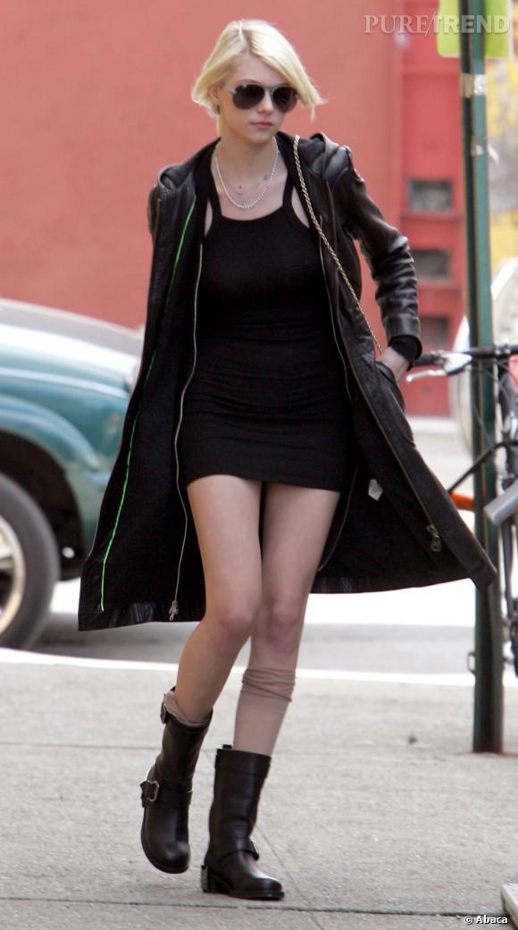 Très grunge, Taylor Momsen choisit une robe noire très courte et l'association manteau en cuir et bottes de motards.