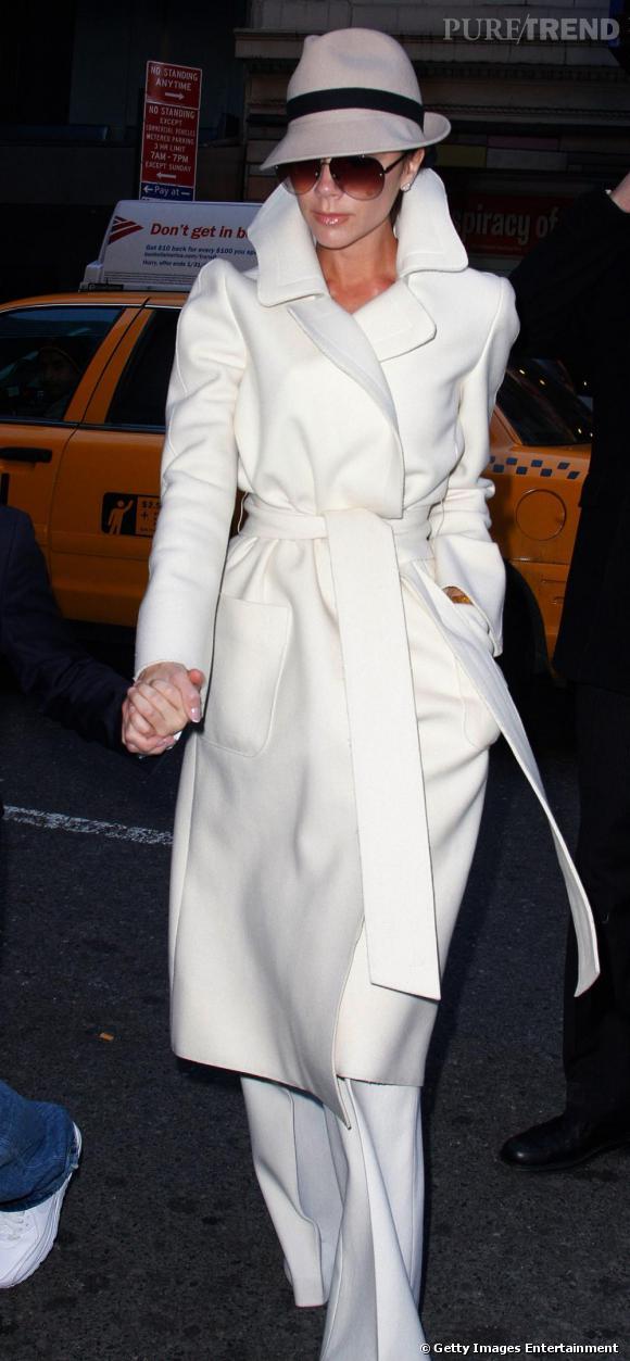 Puisque Victoria Beckham ne fait rien comme tout le monde, elle choisit son trench en maille et avec un pantalon XL très 70's . Ce qu'on lui pique : le chapeau pour une allure de détective parfaitement assumée.