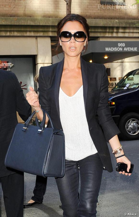 Victoria Beckham reste fidèle à son style terriblement chic qui a fait son succès.